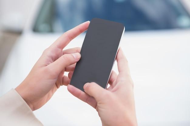 Sluit omhoog van smartphone van de onderneemsterholding