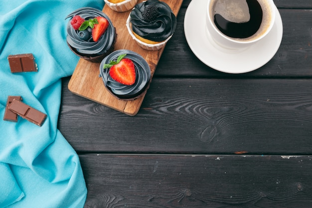 Sluit omhoog van sommige decadente gastronomische cupcakes die met een verscheidenheid van het berijpen aroma's worden berijpt