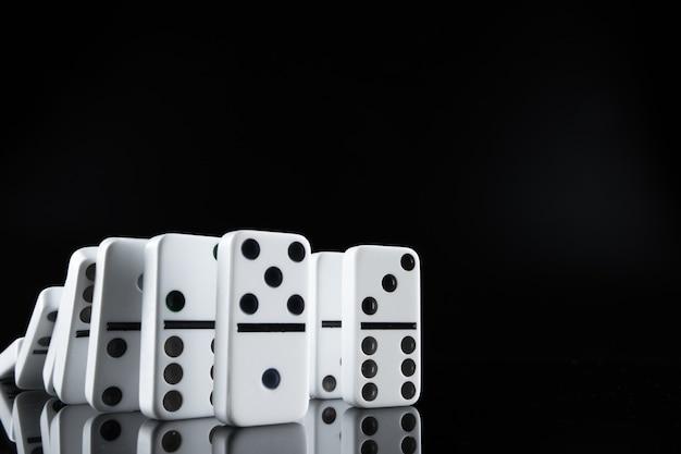 Sluit omhoog van stukken domino