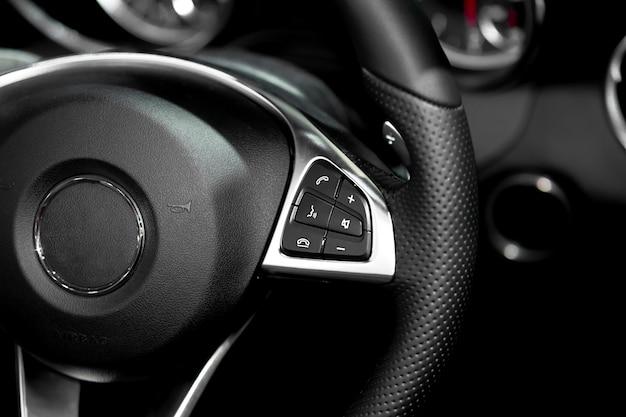 Sluit omhoog van stuurwiel bevelen in moderne luxeauto. interieur van de auto. slimme auto.