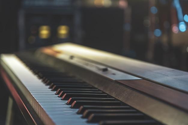 Sluit omhoog van synthesizertoetsen met een vage achtergrond.