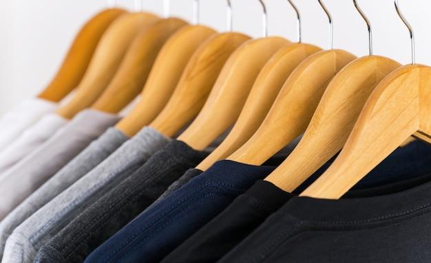 Sluit omhoog van t-shirts op hangers