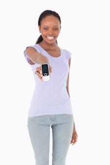 Sluit omhoog van telefoon die door vrouw op witte achtergrond wordt voorgesteld