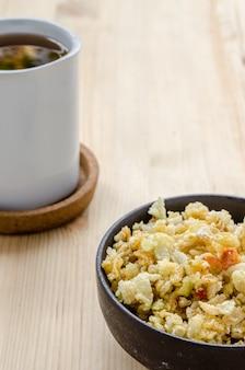 Sluit omhoog van thaise zoete knapperige rijst, sluip binnen ontspannen tijd
