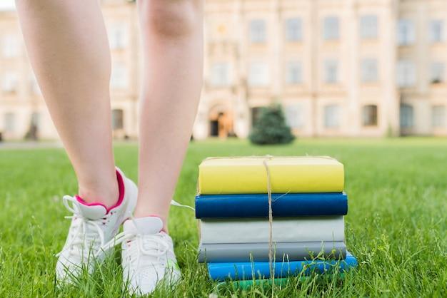 Sluit omhoog van tiener die dichtbij boeken loopt