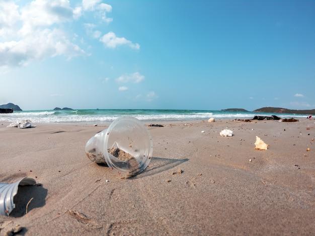 Sluit omhoog van troephuisvuil vuil op de de verontreinigingsachtergrond van het strandmilieu.