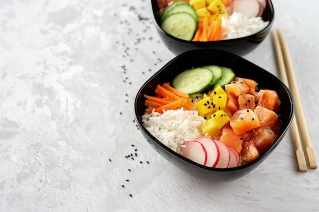 Sluit omhoog van twee porkommen met zalm en groenten