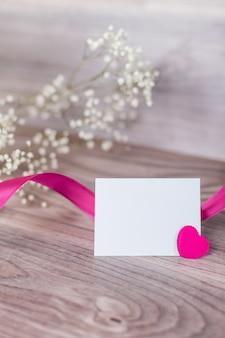 Sluit omhoog van valentijnskaartkaart op hout