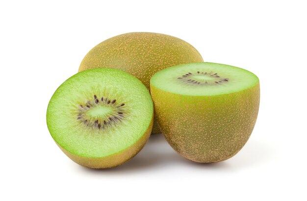 Sluit omhoog van vers kiwifruit met in tweeën gesneden die op witte achtergrond, het knippen weg wordt geïsoleerd.