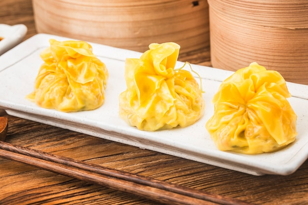Sluit omhoog van verse chinese gestoomde dumplings