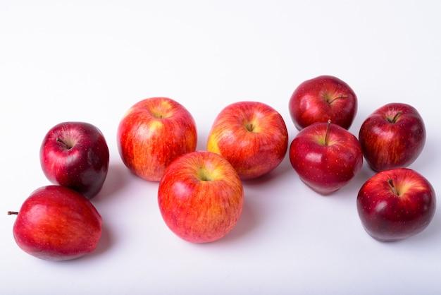 Sluit omhoog van verse rode geïsoleerde appelen