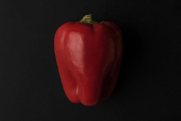 Sluit omhoog van verse rode geïsoleerde groene paprika