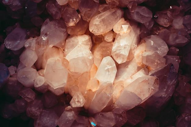 Sluit omhoog van violetkleurig kristal
