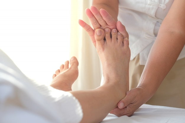 Sluit omhoog van voetmassage in kuuroordsalon