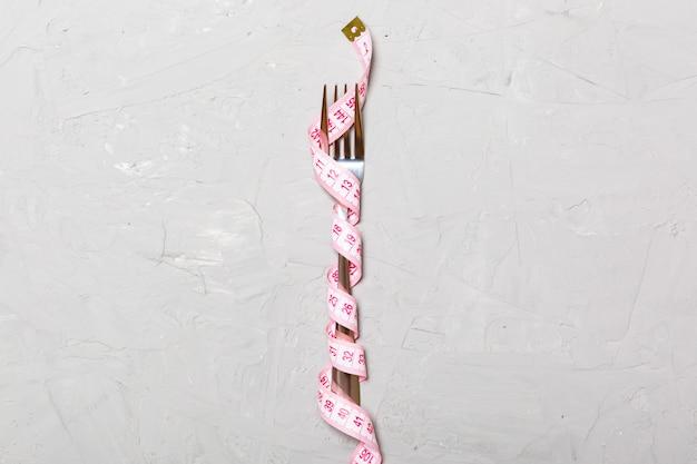 Sluit omhoog van vork die met meetlint wordt verpakt