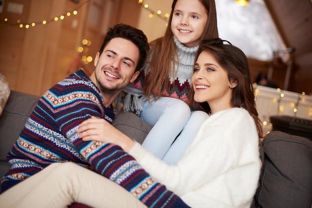 Sluit omhoog van vrolijke familie die ver weg kijken