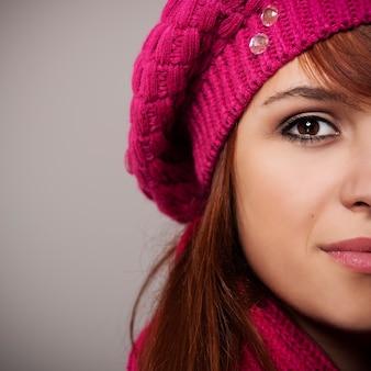 Sluit omhoog van vrouw in roze baret