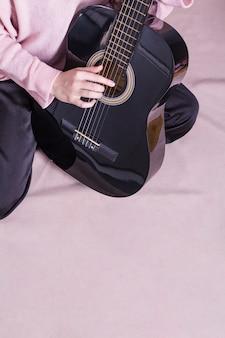 Sluit omhoog van vrouw met gitaar