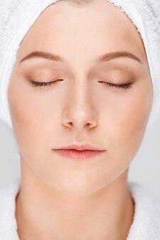 Sluit omhoog van vrouw met schone huid, gezonde blik