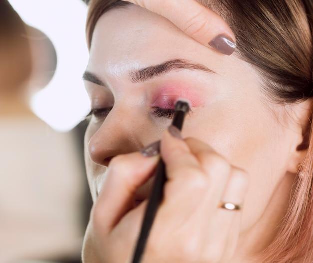Sluit omhoog van vrouwelijk make-upmodel