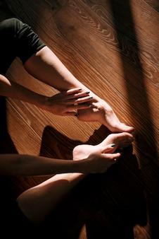 Sluit omhoog van vrouwelijke dansersvoeten
