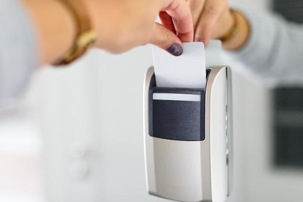 Sluit omhoog van vrouwelijke hand die keycard elektronisch slot openen