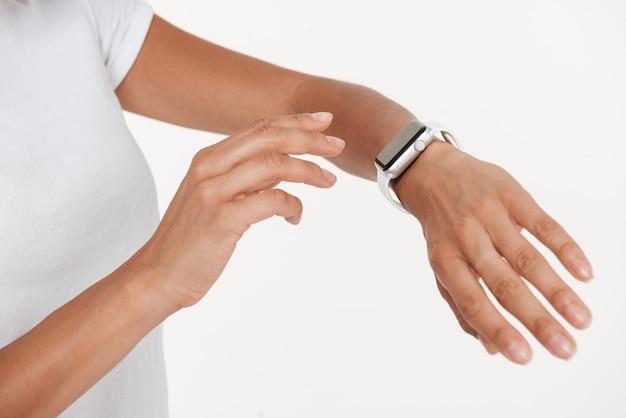Sluit omhoog van vrouwelijke handen dragend polshorloge