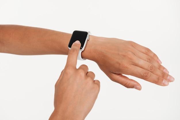 Sluit omhoog van vrouwelijke handen gebruikend pols slim horloge