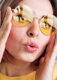 Sluit omhoog van vrouwen tuitende lippen