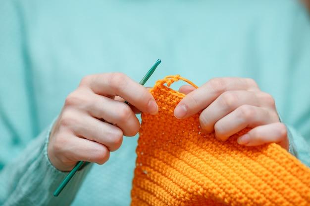 Sluit omhoog van vrouwenhand haken wollen sweater