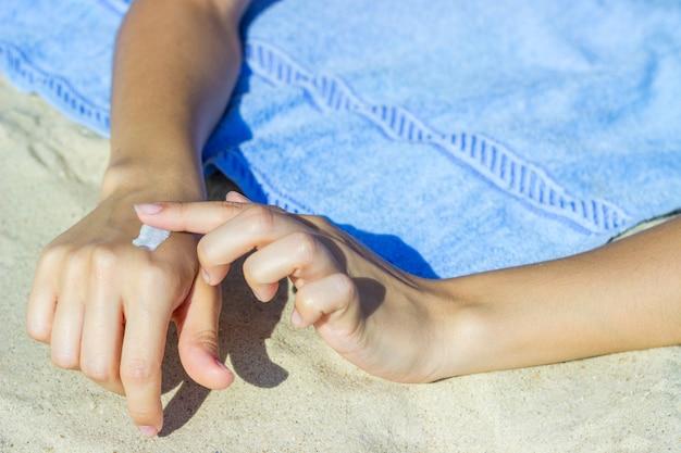 Sluit omhoog van vrouwenhanden die sunblock room ontvangen