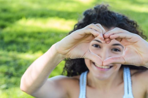 Sluit omhoog van vrouwenhanden met hartvorm