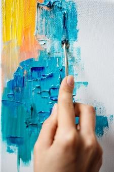 Sluit omhoog van vrouwentekening met olieverf op canvas