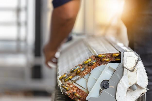 Sluit omhoog van vuile binnencompartimenten airconditioner