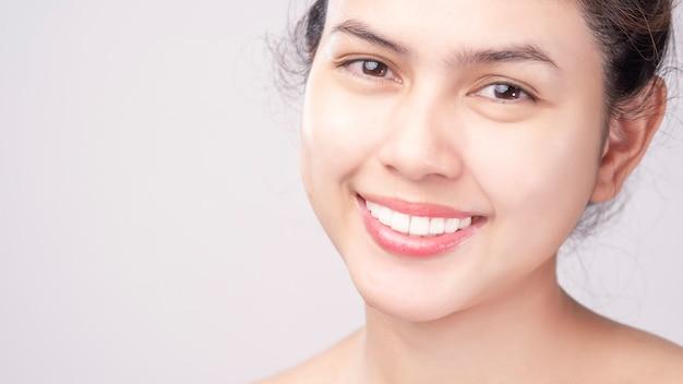 Sluit omhoog van witte gezonde tanden van mooie glimlach jonge vrouw