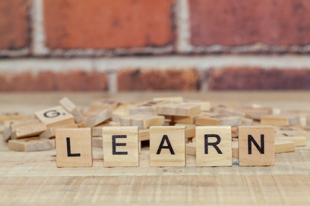 Sluit omhoog van woord leren op houtsnede