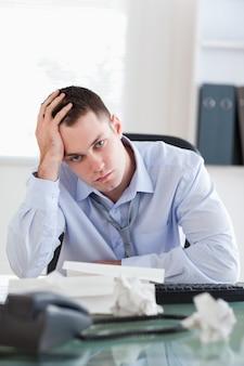 Sluit omhoog van zakenman die door boekhouding wordt gedeprimeerd