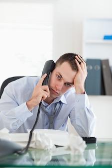 Sluit omhoog van zakenman het proberen om een probleem op de telefoon op te lossen
