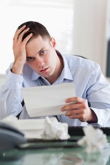Sluit omhoog van zakenman over rekeningen ongerust die wordt gemaakt die