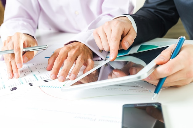 Sluit omhoog van zakenmanhanden terwijl commerciële vergadering