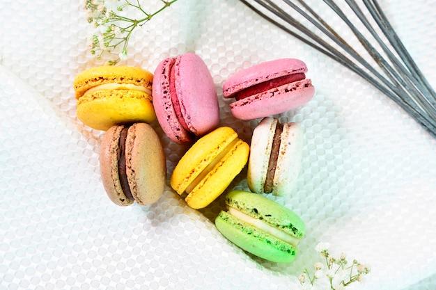 Sluit omhoog van zoete en kleurrijke franse makarons. kleurrijke bitterkoekjes cakejes.