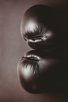 Sluit omhoog van zwarte bokshandschoenen