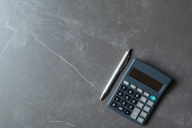 Sluit omhoog van zwarte calculator met pen en exemplaarruimte. technologie en financieel concept.
