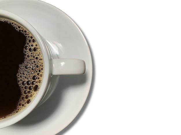 Sluit omhoog van zwarte koffie in koffiekop op wit