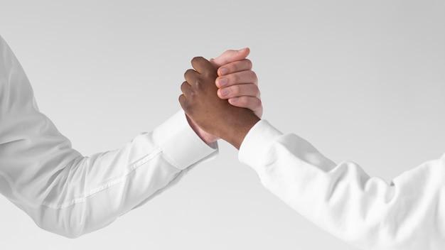 Sluit omhoog verschillende mensen hand in hand