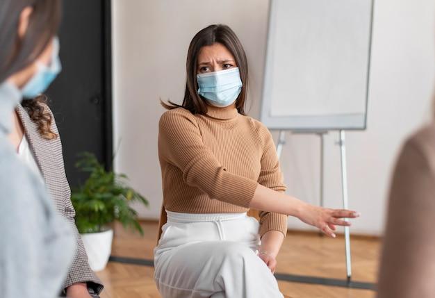 Sluit omhoog verstoorde vrouw die masker draagt