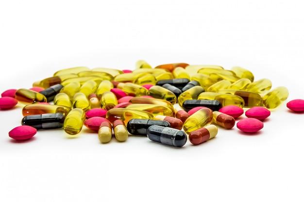 Sluit omhoog vistraan, vitaminen c en supplementencapsules met witte achtergrond.