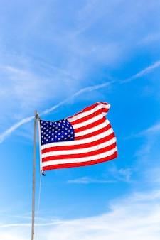 Sluit omhoog vlag van de verenigde staten van amerika die in de wind golven