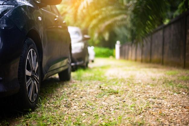 Sluit omhoog voorzijde van nieuw autoparkeren op de asfaltweg