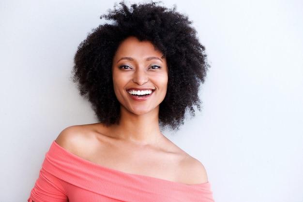 Sluit omhoog vrij het jonge afrikaanse vrouw glimlachen tegen witte achtergrond
